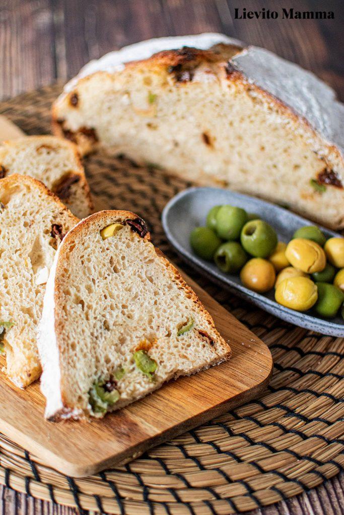 Antipastibrot - Brot mit Oliven, und getrockneten Tomaten